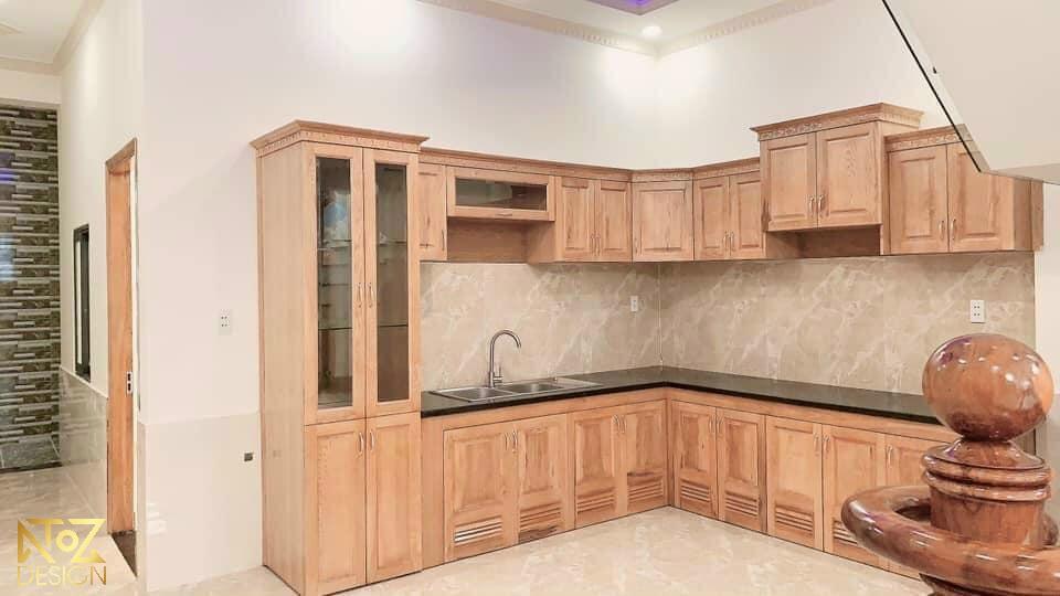 Không gian bếp sang trọng với phần lớn nội thất từ gỗ